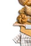 Różnorodni chleby z tnącą deską i nożem obraz royalty free