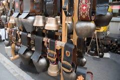 Różnorodni cowbells na rynku w Szwajcaria zdjęcia royalty free