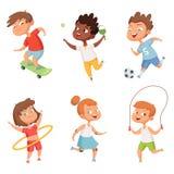 Różnorodni dzieciaki w aktywnych sportach Wektorowi charaktery odizolowywają na białym tle ilustracji