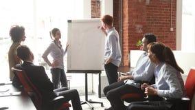 Różnorodni fachowi biznesów trenery, pracownicy lub dają trzepnięcie mapy prezentacji zbiory