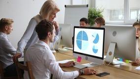 Różnorodni firma pracownicy pracuje ostrość na starszego mentora pomaga stażyście zdjęcie wideo