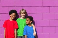 różnorodni grupa dzieciaki Zdjęcia Royalty Free