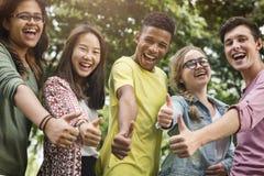 Różnorodni Grupowi młodzi ludzie kciuka W górę pojęcia fotografia stock