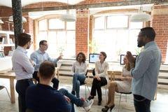 Różnorodni koledzy opowiada przy edukacyjnym biznesowym trai zabawę zdjęcie stock