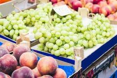 Różnorodni kolorowi świezi owoc i warzywo w owocowym rynku, Catania, Sicily, Włochy zdjęcie royalty free