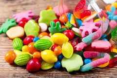 Różnorodni kolorowi cukierki, galarety i marmoladowy w szklanym słoju, obrazy royalty free