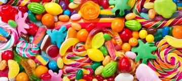 Różnorodni kolorowi cukierki, galarety, lizaki i marmoladowy, fotografia royalty free