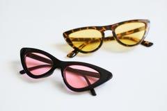 Różnorodni kolorowi eleganccy modni okulary przeciwsłoneczni, kota ` s one przyglądają się, odizolowywali na białym tle, Fotografia Stock