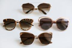 Różnorodni kolorowi eleganccy modni okulary przeciwsłoneczni, odizolowywający na białym tle Obrazy Stock