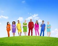 Różnorodni Kolorowi ludzie zaufania Outdoors Zespalają się organizację Va Obraz Stock