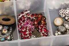 Różnorodni kolory dziewięć kamiennych guzików używać tworzyć biżuterię Obraz Stock