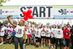 Różnorodni ludzie biega w kolorze Biegają maraton w Johannesburg Fotografia Royalty Free