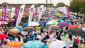 Różnorodni ludzie biega w kolorze Biegają maraton w Pretoria Obraz Stock