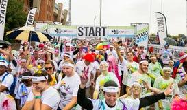 Różnorodni ludzie biega w kolorze Biegają maraton w Pretoria Zdjęcie Royalty Free