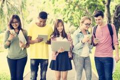 Różnorodni ludzie Chodzi technologia kampusu pojęcie fotografia stock
