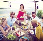 Różnorodni ludzie lunch plaży dachu jedzenia pojęcia Zdjęcia Royalty Free