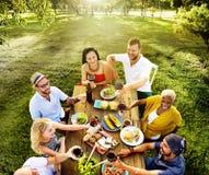 Różnorodni ludzie lunchu jedzenia ogródu pojęcia Fotografia Stock