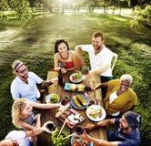 Różnorodni ludzie lunchu jedzenia ogródu pojęcia Obraz Royalty Free
