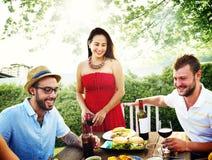 Różnorodni ludzie lunchu jedzenia ogródu pojęcia Zdjęcie Stock