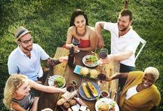 Różnorodni ludzie lunchu jedzenia ogródu pojęcia Obrazy Royalty Free