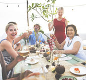 Różnorodni ludzie otuchy świętowania jedzenia pojęcia Zdjęcie Royalty Free