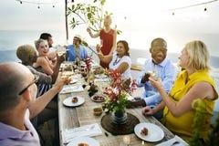 Różnorodni ludzie otuchy świętowania jedzenia pojęcia Fotografia Royalty Free