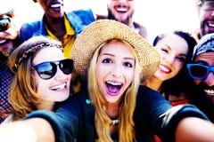 Różnorodni ludzie Plażowego lato przyjaciół zabawy Selfie pojęcia zdjęcia stock