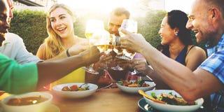 Różnorodni ludzie przyjaciela Wiszącego Out Pije pojęcia Fotografia Royalty Free