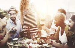 Różnorodni ludzie przyjaciela Wiszącego Out Pije pojęcia obrazy royalty free