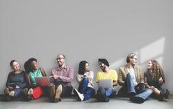 Różnorodni ludzie siedzi out i wiszący obraz stock