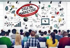 Różnorodni ludzie w konwersatorium O Cyfrowego marketingu obrazy royalty free