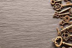Różnorodni metali klucze na łupkowym tle zdjęcia royalty free