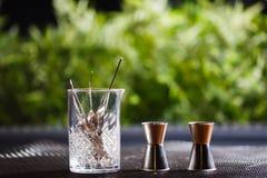 Różnorodni naczynia i prętowy akcesoriów pięknie stojak na stole w dobrym świetle Zdjęcie Stock