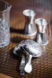 Różnorodni naczynia i prętowy akcesoriów pięknie stojak na stole w dobrym świetle Zdjęcia Royalty Free