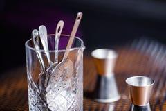 Różnorodni naczynia i prętowy akcesoriów pięknie stojak na stole w dobrym świetle Zdjęcie Royalty Free