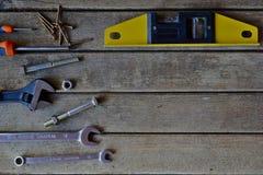 Różnorodni narzędzia na drewnianym tle Zdjęcia Royalty Free