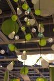 Różnorodni oświetleniowi elementy wyposażenia, lampy i nightlights w Ikea sto, Fotografia Stock