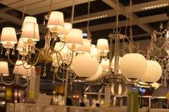 Różnorodni oświetleniowi elementy wyposażenia, lampy i nightlights w Ikea sto, Obraz Stock