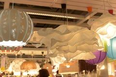 Różnorodni oświetleniowi elementy wyposażenia, lampy i nightlights w Ikea sto, Obrazy Royalty Free