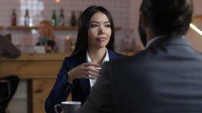 Różnorodni profesjonaliści gawędzi podczas kawowej przerwy zdjęcie wideo