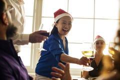 Różnorodni przyjaciele świętuje wakacje wpólnie obraz stock