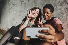 Różnorodni przyjaciele bierze selfie obraz royalty free