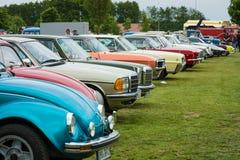 Różnorodni retro samochody stoi z rzędu w wystawy polu Zdjęcie Royalty Free