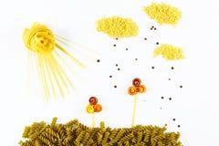 Różnorodni rodzaje barwiony surowy Włoski makaron, pieprz na białym tle, odgórny widok w postaci kwiatów poly, słońce, chmury i Obrazy Royalty Free
