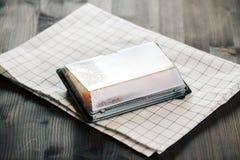 Różnorodni rodzaje gorące smażyć rolki słuzyć w plastikowym suszi pudełku na stole fotografia stock