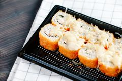 Różnorodni rodzaje gorące smażyć rolki słuzyć w plastikowym suszi pudełku na stole obrazy royalty free