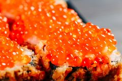 Różnorodni rodzaje gorące smażyć suszi rolki słuzyć na stole Makro- strzał obraz stock