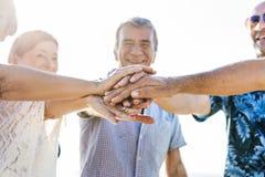Różnorodni starsi przyjaciele wiszący na plaży out fotografia stock