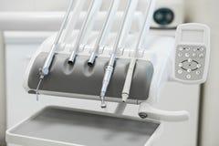 Różnorodni stomatologiczni instrumenty i narzędzia w dentyści biurowi obrazy royalty free