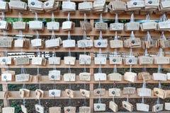 Różnorodni symbole w Tokio świątyni Religijni atrybuty i prezenty Cesarska Meiji świątynia w Shibuya, Tokio świątyni cesarz Meiji zdjęcie stock